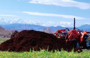 堆肥とトラクター